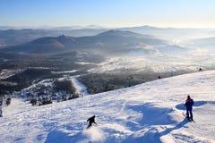 Berg-Skifahrer auf die Oberseite des Berges. Lizenzfreie Stockbilder
