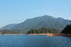 Berg, skog och sjö royaltyfria foton
