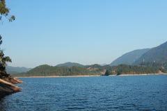 Berg, skog och sjö royaltyfri foto