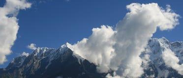berg snöig tibet Arkivfoton