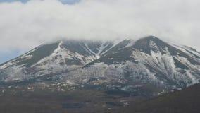 Berg sneeuwpieken en mistig wolkenlandschap Nevelige nevel over sneeuwbergen stock footage