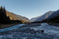 Berg snelle Rivier in het midden van de grote bergen royalty-vrije stock foto's