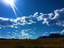 Berg, sol och moln fotografering för bildbyråer