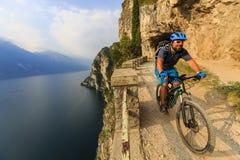 Berg som cyklar på sjön Garda, Sentiero della Ponale, Riva del G Royaltyfri Bild