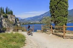 Berg som cyklar på sjön Garda, Sentiero della Ponale, Riva del G Fotografering för Bildbyråer