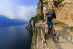 Berg som cyklar på sjön Garda, Sentiero della Ponale, Riva del G Royaltyfria Bilder