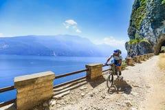 Berg som cyklar på sjön Garda, Sentiero della Ponale, Riva del G Arkivbild
