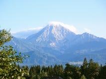 Berg som döljas i mist och moln Arkivfoton
