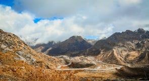 Berg som förbiser dalen på den Nathang dalen Royaltyfria Bilder
