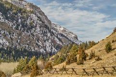 Berg som förbiser ett bock- och stångstaket Royaltyfria Foton