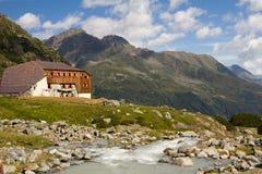 Berg som förlägga i barack i fjällängarna, Österrike Arkivfoton