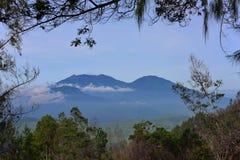 Berg som omger Kawah Ijen Royaltyfria Bilder