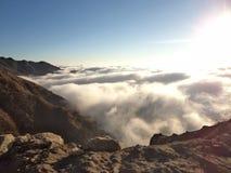 berg som omges av moln royaltyfri foto