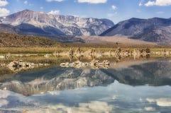 Berg som reflekterar i den mono sjön, Kalifornien, USA Arkivbild