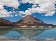 Berg som reflekterar i laken Royaltyfri Foto