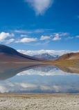 Berg som reflekterar i laken Arkivfoto