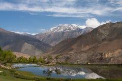 Berg som ser till en avspegla Royaltyfri Foto