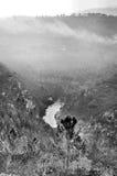 Berg som täckas av dimma royaltyfria foton