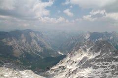 Berg som täckas av moln och snö Arkivbilder