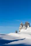 Berg som täckas med snö och omges av moln royaltyfria bilder