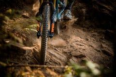 Berg som tätt cyklar upp av gummihjulet och gaffeln Fotografering för Bildbyråer