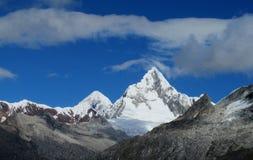 Berg som trekking den Santa Cruz treken i Peru Royaltyfri Fotografi