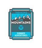 Berg som trekking det tappning isolerade emblemet Arkivfoto