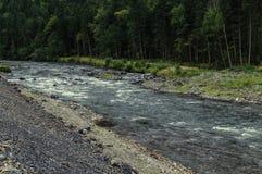 Berg steenachtige rivier royalty-vrije stock fotografie