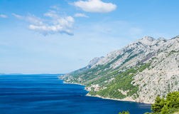 Berg stiger ned in i havet, Kroatien Arkivbilder