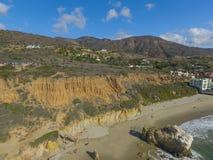 Berg, strand och hus royaltyfria bilder