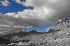 Berg: Svartvitt med himlar av blått Arkivfoto