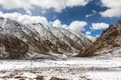 Berg täckt snö och molnigt Royaltyfri Bild