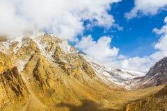 Berg täckt snö och molnigt Arkivfoto