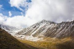 Berg täckt snö och molnigt Fotografering för Bildbyråer