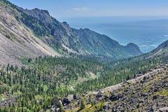 Berg-taiga in einem schmalen Tal stockbild