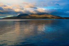 Berg Tarawera auf See tarawera lizenzfreie stockfotografie