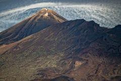 Berg Teide mit Kappen-Wolke stockbild