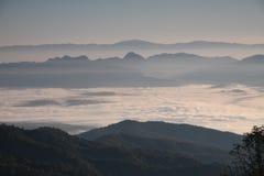 Berg Thailand an thae Morgen mit Nebel Lizenzfreies Stockfoto