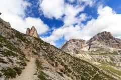 Berg Toblinger Knoten och vandringsled i Sexten Dolomites, södra Tyrol Arkivfoton