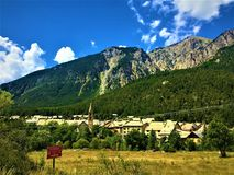 Berg, träd, moln och staden royaltyfri bild