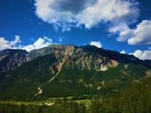 Berg, träd och moln arkivbilder