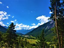Berg, träd och moln royaltyfria bilder