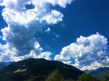 Berg, träd och moln arkivfoton