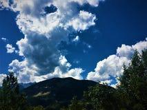 Berg, träd och moln royaltyfri bild