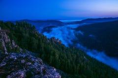 Berg träumt, szenische Landschaft mit Nebel am Sommermorgen, Russland, Ural Stockbild