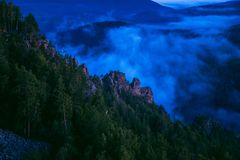 Berg träumt, szenische Landschaft mit Nebel am Sommermorgen, Russland, Ural Stockfotos
