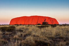 Berg Uluru bei Sonnenuntergang australien Stockfotografie