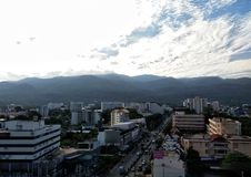 Berg um die Stadt lizenzfreie stockfotografie
