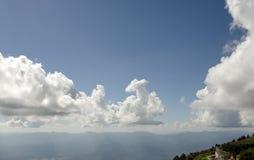 Berg und bewölkter Himmel mit einem selfie Paar auf der szenischen Ansicht Stockfotos