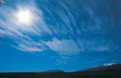 Berg und die helle Sonne. Stockfoto